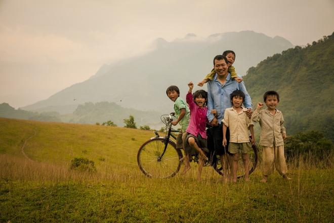 Phim 'Cha cong con' khoi quay giua dip bao lu hinh anh 1 Đạo diễn Lương Đình Dũng bên cạnh dàn diễn viên nhí của Cha cõng con.