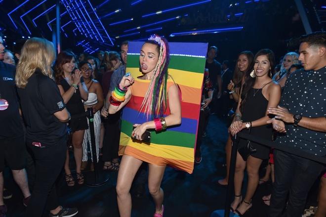 MTV VMA 2015 gay on ao vi chuyen ben le hinh anh