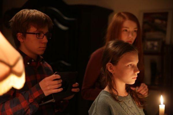 'Loi nguyen con Dam Bich': Phim kinh di loi cuon den tu Nga hinh anh 1 Hình 1: Nhóm bạn trẻ với trò chơi tưởng chừng vô hại đã triệu hồi linh hồn Đầm Bích.