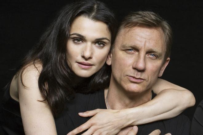 Nguoi phu nu dung sau 'James Bond' Daniel Craig hinh anh