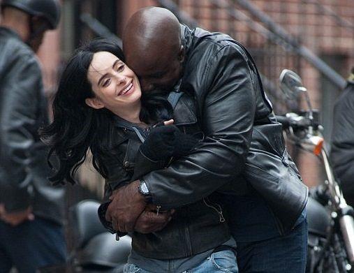 'Jessica Jones' va goc khuat den toi cua Marvel hinh anh 3 Chuyện tình giữa Jessica Jones và Luke Cage có nhiều chuyển biến hấp dẫn, logic.