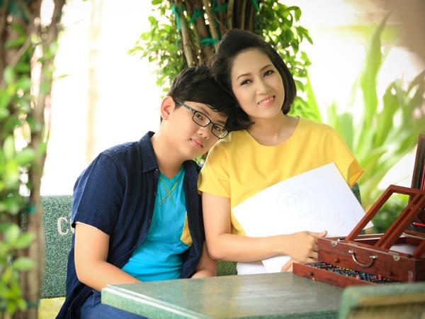 Thanh Thuy: Nhieu khi bi con hon trach vi lam qua nhieu viec hinh anh 2 Ca sĩ Thanh Thúy bên cạnh con trai.