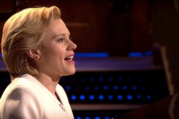 Kate McKinnon hoa trang thanh Hillary Clinton hat 'Hallelujah' hinh anh