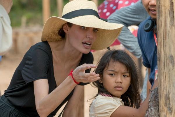 Tu cuon sach 2 USD, Angelina Jolie dang dung truoc co hoi Oscar hinh anh