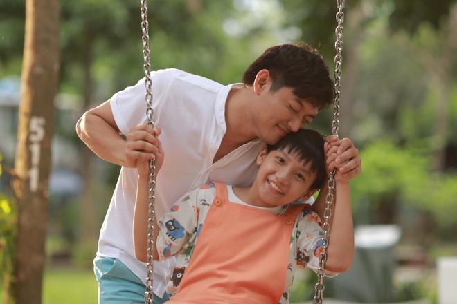 Quy Binh sam vai cha don than trong 'O day co nang' hinh anh