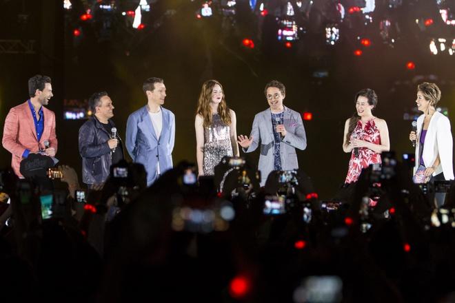 Fan Singapore doi hon 15 tieng de gap dan sao 'Avengers: Infinity War' hinh anh 12