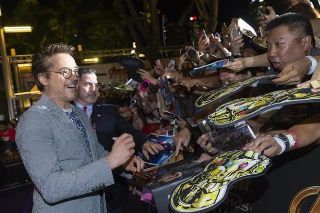 Fan Singapore doi hon 15 tieng de gap dan sao 'Avengers: Infinity War' hinh anh 4