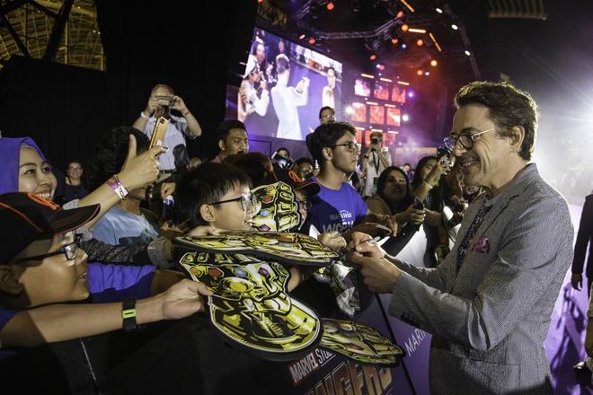 Fan Singapore doi hon 15 tieng de gap dan sao 'Avengers: Infinity War' hinh anh 5