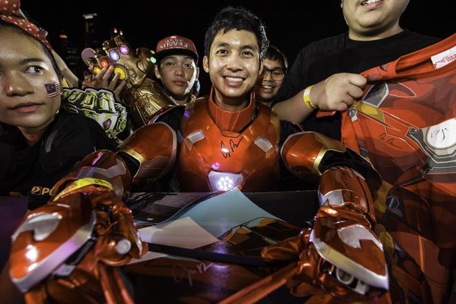 Fan Singapore doi hon 15 tieng de gap dan sao 'Avengers: Infinity War' hinh anh 10