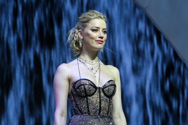 Amber Heard dien vay xuyen thau khi ra mat 'Aquaman' tai Philippines hinh anh