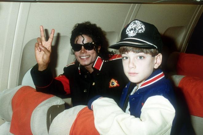 Gia dinh Michael Jackson phan ung gay gat voi phim to cao au dam hinh anh 1