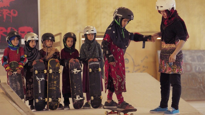 'Ky sinh trung' lap ky tich khi len ngoi cao nhat tai Oscar 2020 hinh anh 50 Learning_to_Skateboard_in_a_Warzone_if_youre_a_girl.jpg