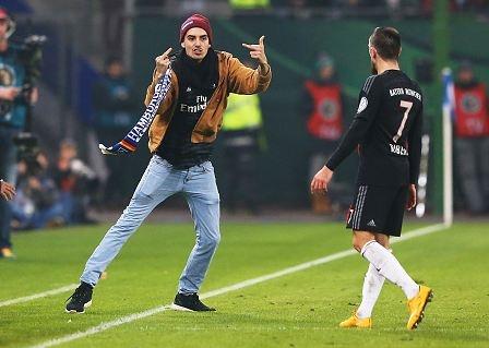 Fan cuong lao vao san tan cong Ribery hinh anh