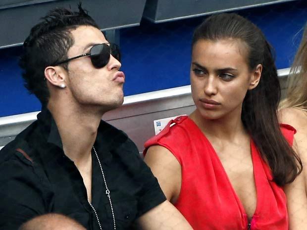 Lo bang chung Ronaldo chia tay ban gai hinh anh