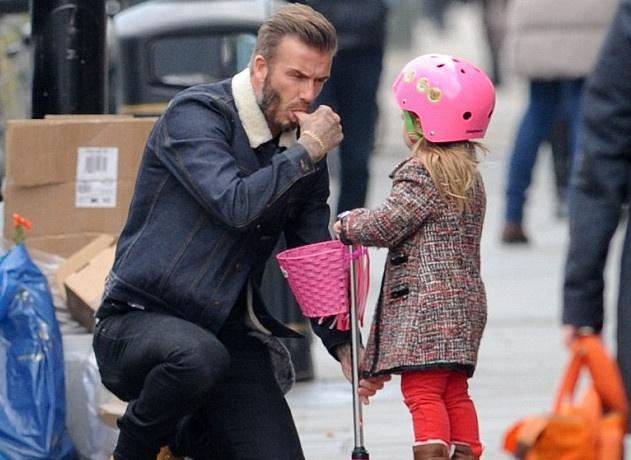 Beckham doi mua dua be Harper dao pho hinh anh
