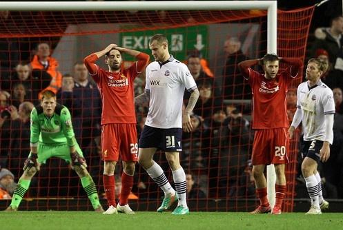 Gerrard vang mat, Liverpool bi Bolton cam hoa hinh anh