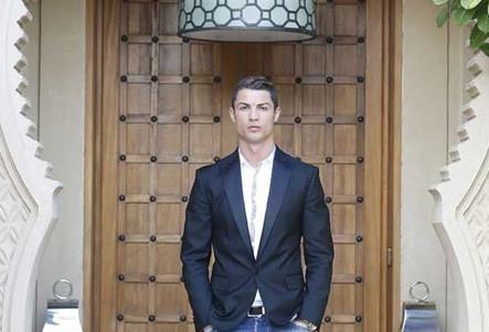Ronaldo tau penthouse sang trong phong khi giai nghe hinh anh