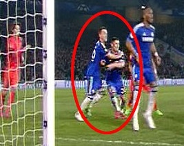 Terry kem nham Cahill khien Chelsea om han hinh anh
