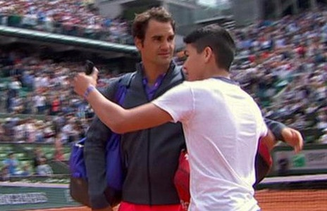 Federer that vong khi fan lao vao san doi chup anh selfie hinh anh