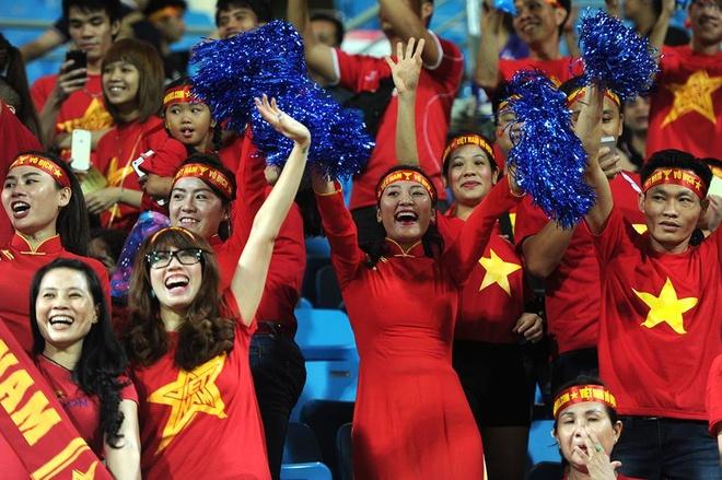 Fan nu Viet Nam co vu thay tro HLV Miura hinh anh