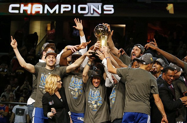 Golden State Warriors vo dich NBA sau 40 nam hinh anh 3