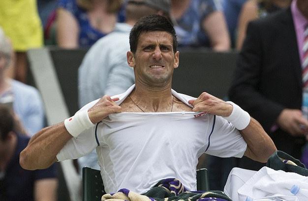 Djokovic tuc gian xe ao sau that bai kho tin trong set 2 hinh anh