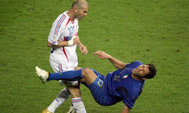 Messi va 10 cu huc dau noi tieng the gioi bong da hinh anh