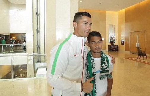 Ronaldo vui mung gap lai 'cau be song than' nguoi Indonesia hinh anh