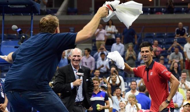 Djokovic cung fan tao nen dieu nhay hai huoc hinh anh