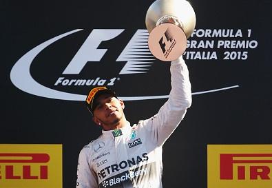 Lewis Hamilton doi mat an phat sau khi vo dich Italian GP hinh anh
