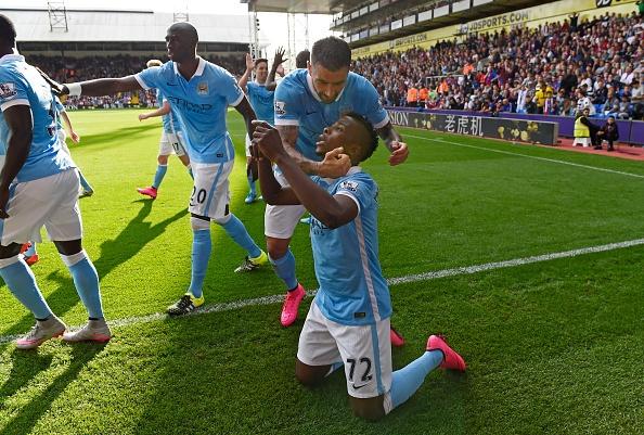 Man City thang nhoc Crystal Palace, Arsenal ha Stoke 2-0 hinh anh