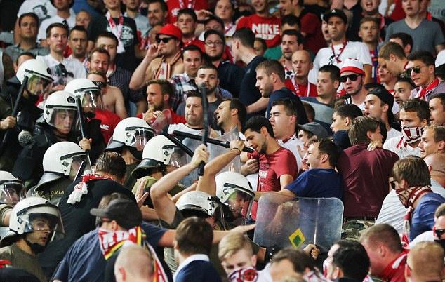 Canh sat Hy Lap tran ap fan Bayern bang dui cui hinh anh 3