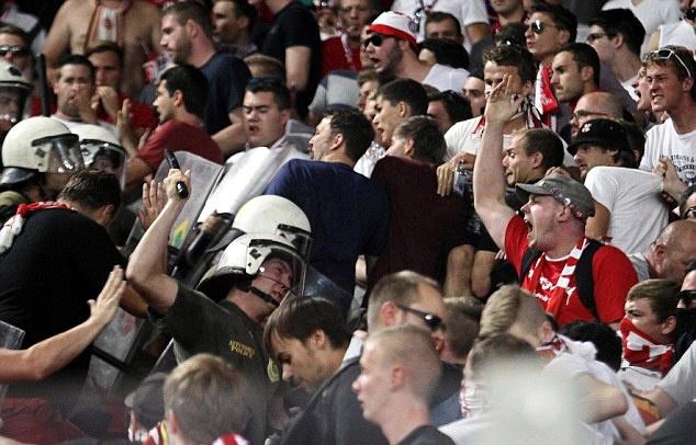 Canh sat Hy Lap tran ap fan Bayern bang dui cui hinh anh 4
