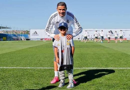Ronaldo va dong doi chao don cha con ti nan bi ngang chan hinh anh