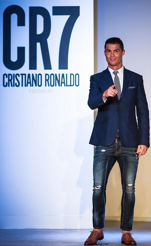 Ronaldo hao hung ra mat mau giay CR7 hinh anh 1