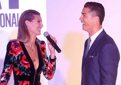 Ronaldo hao hung ra mat mau giay CR7 hinh anh