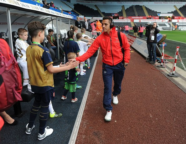Thang dam Swansea, Arsenal tiep tuc bam sat Man City hinh anh 6