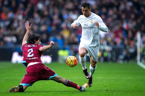 Ronaldo lap cu dup, Real bam duoi Barca hinh anh 17