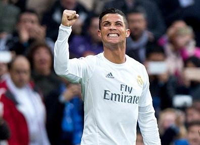 Ronaldo lap cu dup, Real bam duoi Barca hinh anh