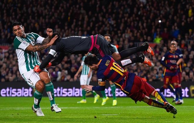 Messi ghi ban o tran thu 500, Barca doi lai ngoi dau tu Real hinh anh 2