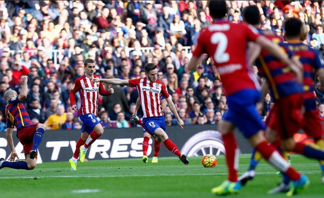 Bi duoi 2 nguoi, Atletico Madrid thua nguoc Barcelona 1-2 hinh anh 6