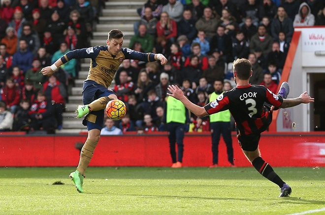 Ha Bournemouth 2-0, Arsenal tro lai duong dua vo dich hinh anh 2
