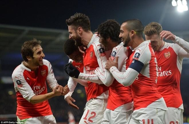 Giroud, Walcott lap cu dup, Arsenal vao tu ket cup FA hinh anh 1