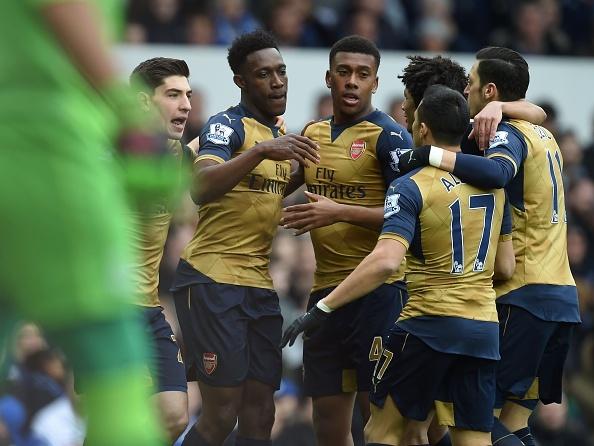 Welbeck lap cong, Arsenal danh bai Everton 2-0 hinh anh 1