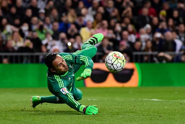 Ronaldo da hong penalty, Real van ha Sevilla 4-0 hinh anh 8