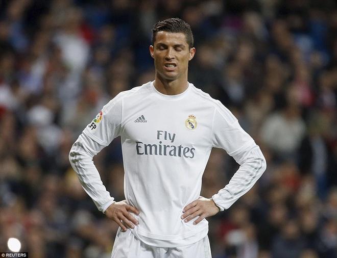 Ronaldo da hong penalty, Real van ha Sevilla 4-0 hinh anh 2