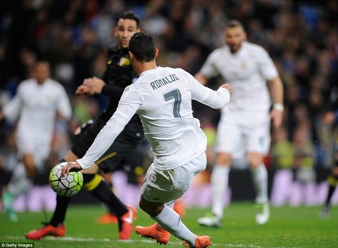 Ronaldo da hong penalty, Real van ha Sevilla 4-0 hinh anh 4