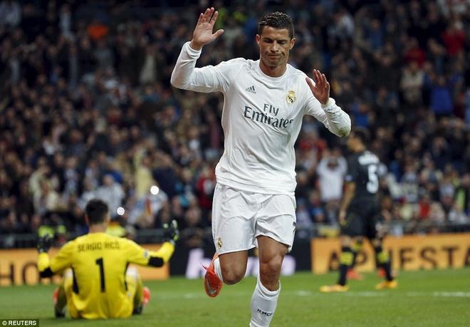 Ronaldo da hong penalty, Real van ha Sevilla 4-0 hinh anh 5