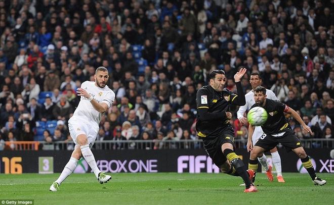 Ronaldo da hong penalty, Real van ha Sevilla 4-0 hinh anh 6