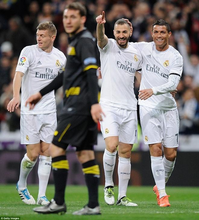 Ronaldo da hong penalty, Real van ha Sevilla 4-0 hinh anh 7
